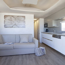 Living room with sofa bed - Tiki Hutte Standard 1st row - Seaview - 2 bedrooms